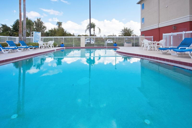 Holiday Inn Express Hotel & Suites Orlando International Airport Kilátás a medencére