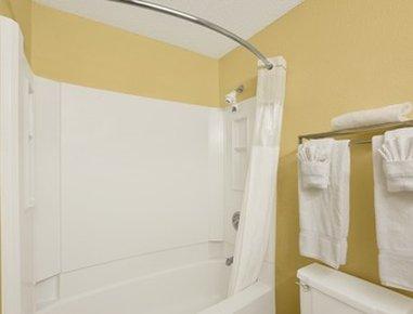 Ramada At River Ridge Hotel - Bathroom