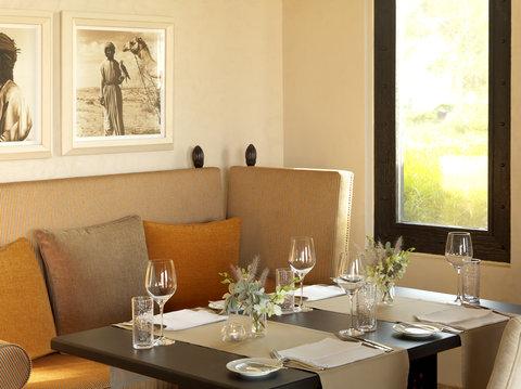 أنتارا قصر السراب منتجع الصحراء - Royal Pavilion Villas The Dining Room Dining Table