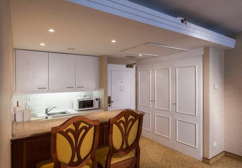 Millennium Court, Budapest - Marriott Executive Apartments - Apartment Kitchen   Dining Area