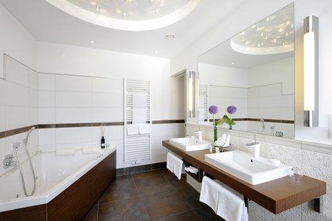 Kastens Hotel Luisenhof - Tower Suite Bathroom at Kastens Hotel Luisenhof