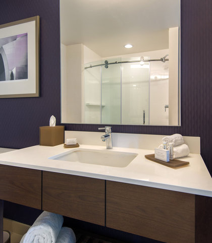 Residence Inn Los Angeles L.A. LIVE - Queen Queen Studio Suite Bathroom