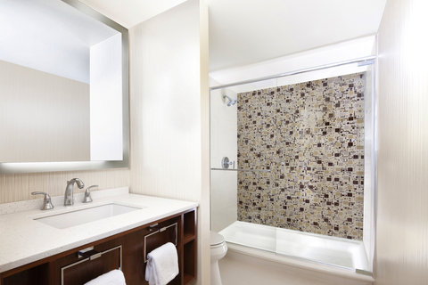 Sheraton Grand Chicago Hotel - Suite Bathroom
