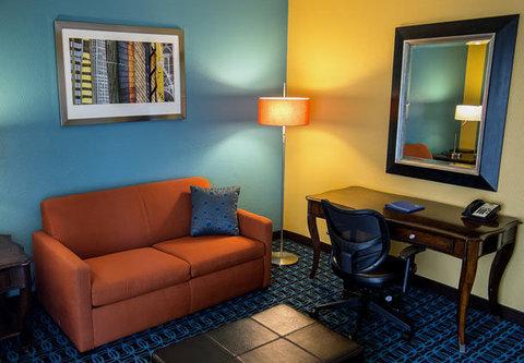Fairfield Inn & Suites Cincinnati North/Sharonville - Executive Suite   Living Area