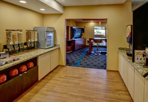 TownePlace Suites Oklahoma City Airport - Breakfast Buffet