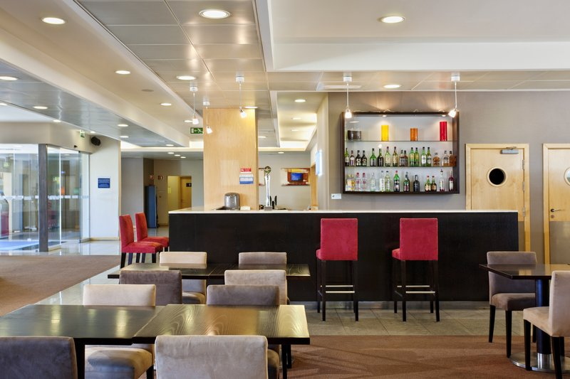 Holiday Inn Express Lisbon-Oeiras Bar/lounge