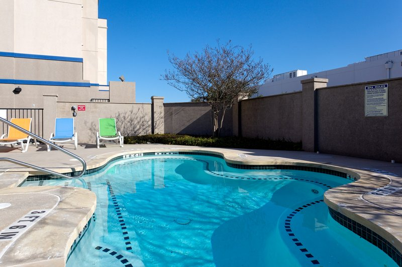 Holiday Inn Express Hotel & Suites Austin Airport Havuzun görünümü