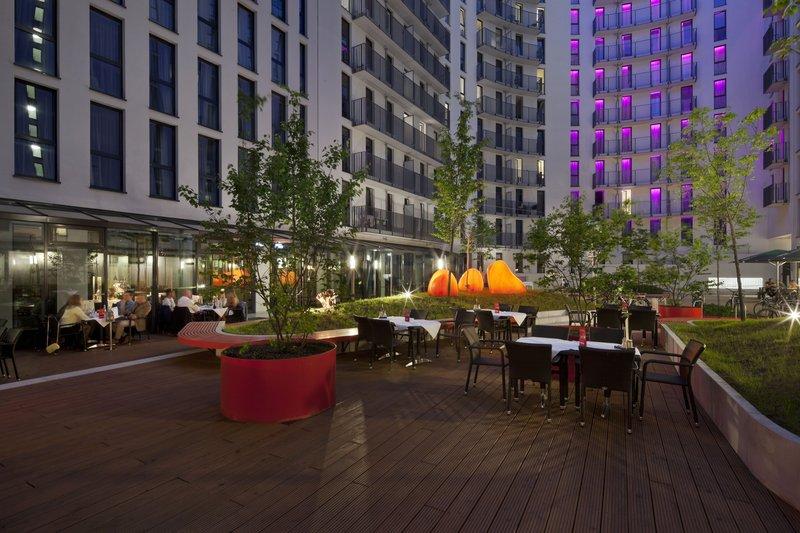 Hotel Holiday Inn Berlin - Centre Alexanderplatz Pátio para hóspedes