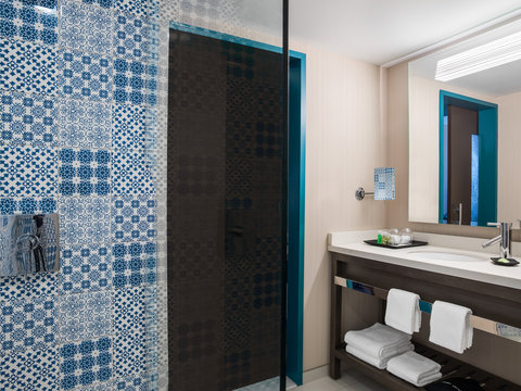 The Westin Cleveland Downtown - Guestroom Bathroom