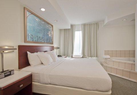 SpringHill Suites Grand Rapids North - King Whirlpool Suite - Bedroom
