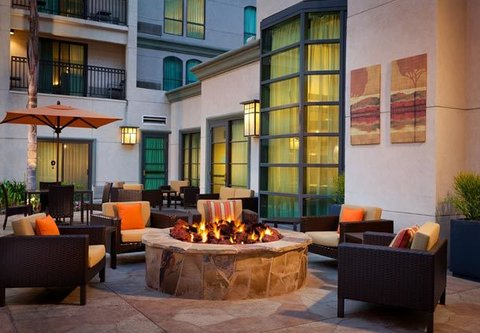 Courtyard by Marriott Old Pasadena - Outdoor Patio   Firepit