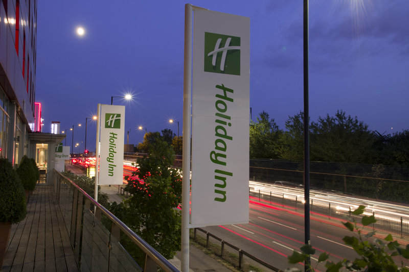 Holiday Inn London - West Vista exterior