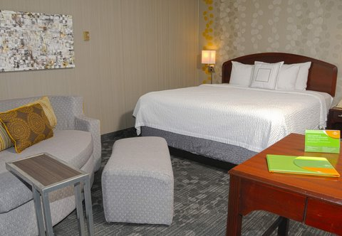 Courtyard Colorado Springs South - King Guest Room