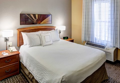 TownePlace Suites Dallas Las Colinas - One-Bedroom Suite   Sleeping Area