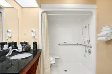 Baymont Inn & Suites Cleveland - Accessible Bathroom