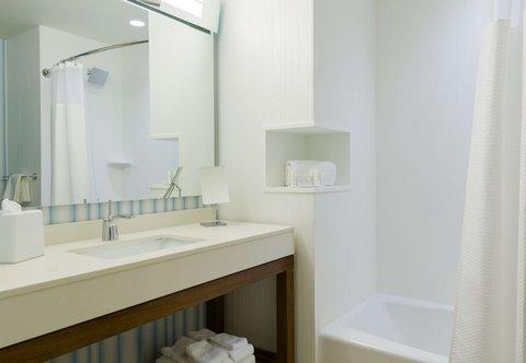 Courtyard Buffalo Downtown/Canalside - Guest Bathroom   Shower Tub Combination