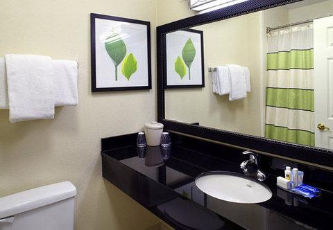 Fairfield Inn & Suites Cumberland - Suite Bathroom