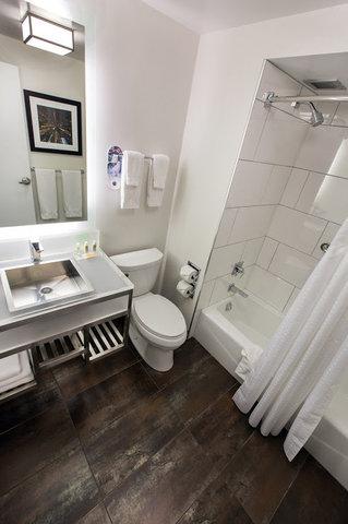 Holiday Inn Chicago Mart Plaza Hotel - Guestroom Bathroom