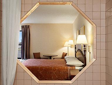 Super 8 Evansville North - Jacuzzi Suite