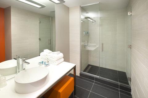 Aloft Tampa Downtown - Guest Bathroom