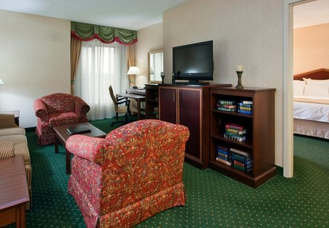 Columbus Airport Marriott - King One-Bedroom Suite   Living Area