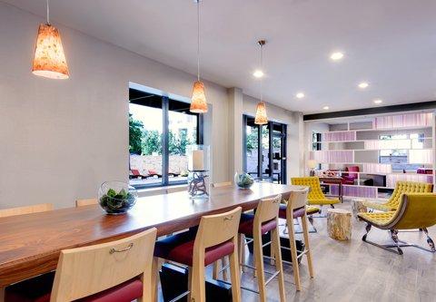 Fairfield Inn & Suites Charlotte Uptown - QTavern Dining Area