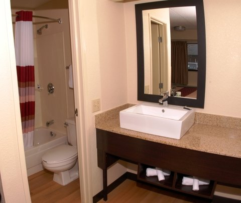 Red Roof Inn and Suites Columbus W Broad - Bathroom