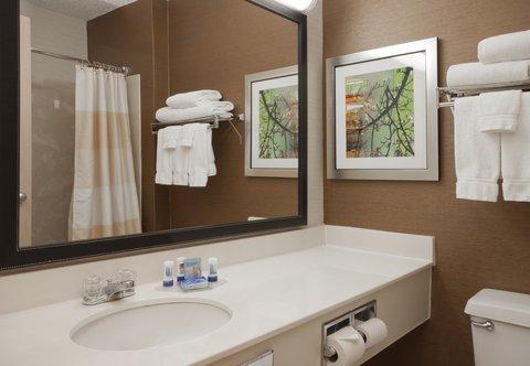 Fairfield Inn Bozeman - Guest Bathroom