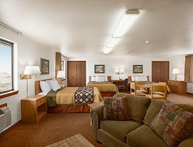 Super 8 Cody - 3 Queen Bed Suite