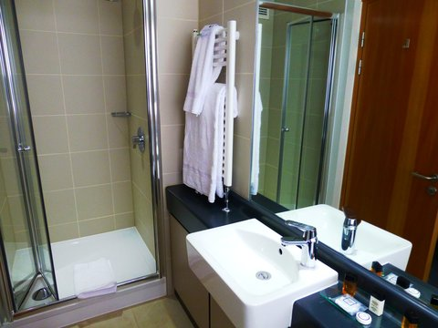 College Court Conference Centre and Hotel - Bathroom