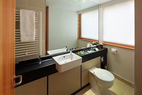 College Court Conference Centre and Hotel - Bathroom view