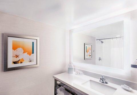 Fairfield Inn & Suites Charlotte Uptown - Guest Bathroom