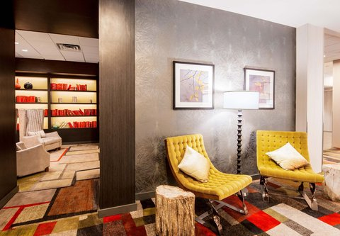 Fairfield Inn & Suites Charlotte Uptown - QTavern - Seating Area