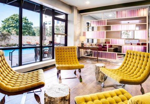 Fairfield Inn & Suites Charlotte Uptown - QTavern   Seating Area