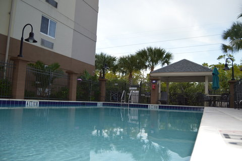 Candlewood Suites Fort Myers Sanibel Gateway Hotel - Swimming Pool
