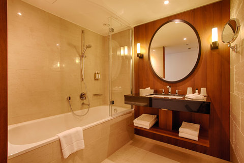 AMERON Hotel Speicherstadt Ham - Premium Room Bathroom Bathtub