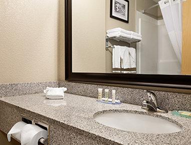 Super 8 Lloydminster - Bathroom
