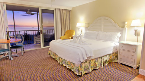 Pink Shell Beach Resort - Sanibel View Studio with King Bedding and Lanai
