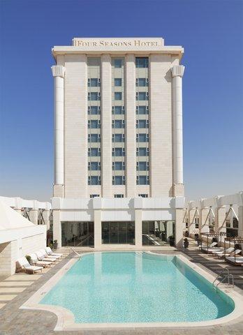 فندق فور سيزن - Hotel exterior from outside swimming pool