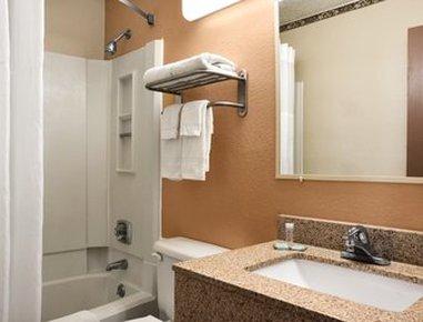 Travelodge Of Battle Creek - Bathroom