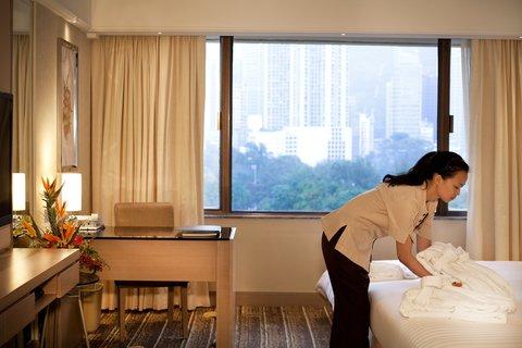 香港柏宁铂尔曼酒店 - Maid Preparing Bed