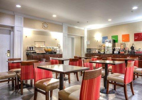 柱廊凯富套房酒店 - Breakfast