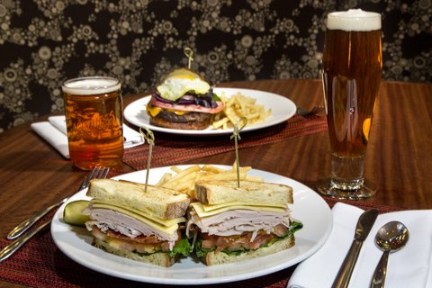 Holiday Inn Chicago Mart Plaza Hotel - Merchants Cafe - Between Bread