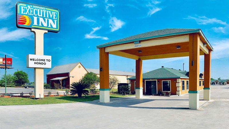 MH ExecutiveInn Hondo TX Property Exterior