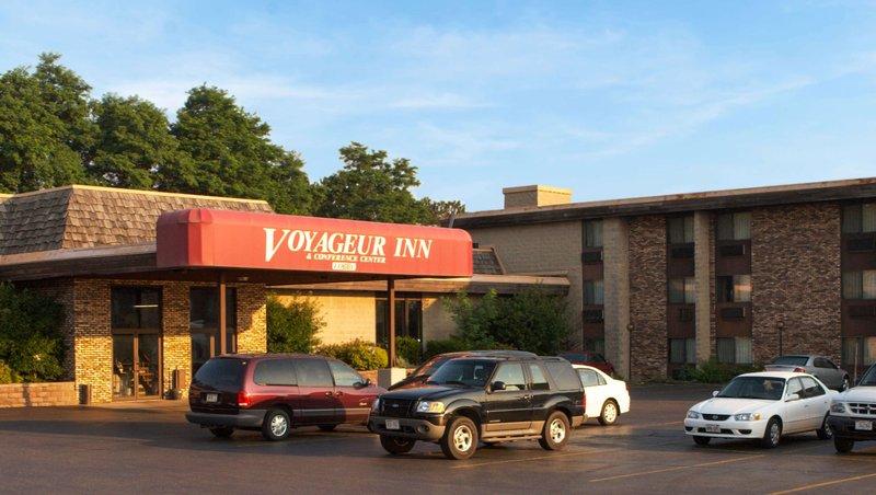 MH VoyageurInn ConferenceCenter Reedsburg WI Property Exterior